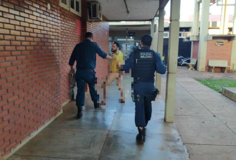 Jovem quebra quarto de motel e acaba sendo detido nu pela polícia