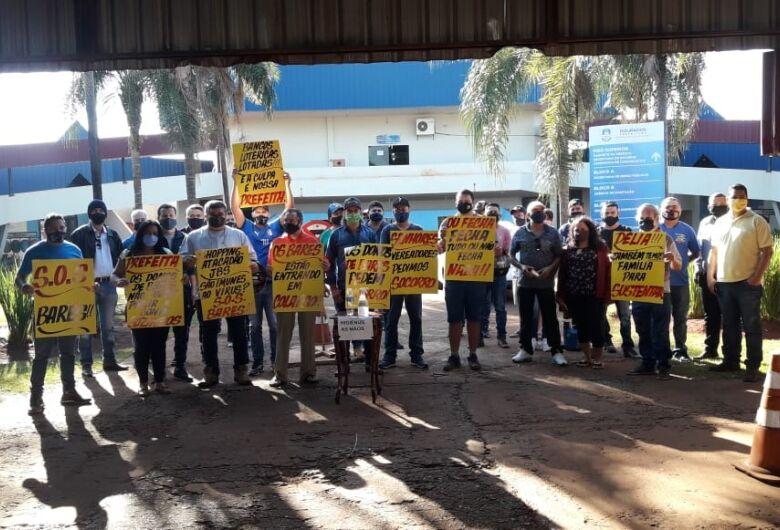 Donos de bares protestam pela reabertura em Dourados