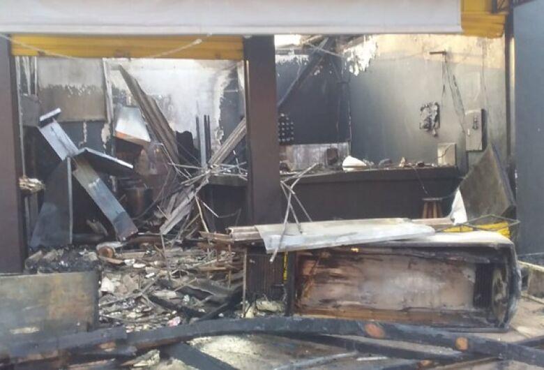 Incêndio destrói lanchonete e loja de moto em Dourados