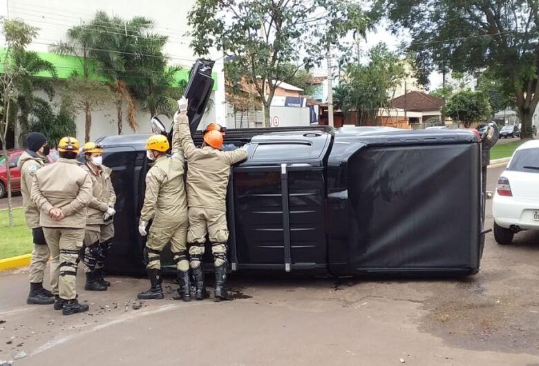 Caminhonete tomba em acidente na área central de Dourados