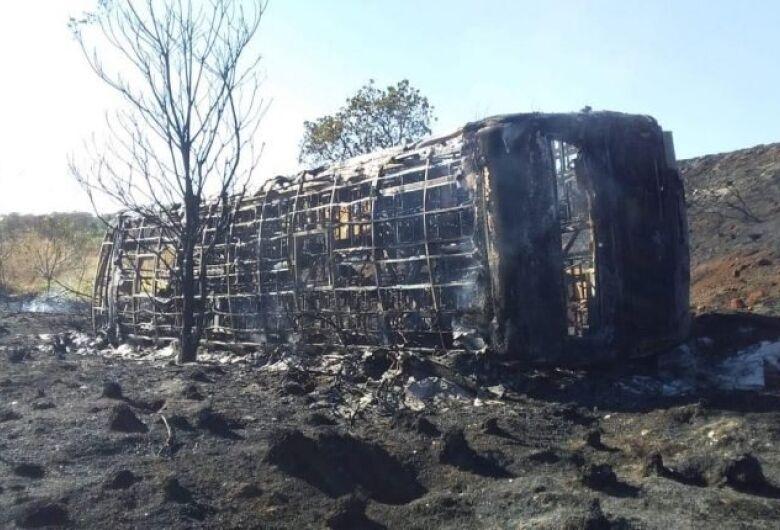 Ônibus de transporte de trabalhadores pega fogo após acidente