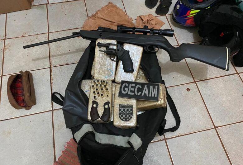 Três pessoas são presas em MS com 44 tabletes de cocaína, munições e armas
