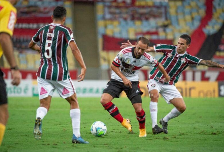 Flamengo vence o Fluminense por 2 a 1 e entra de vez na briga pela liderança