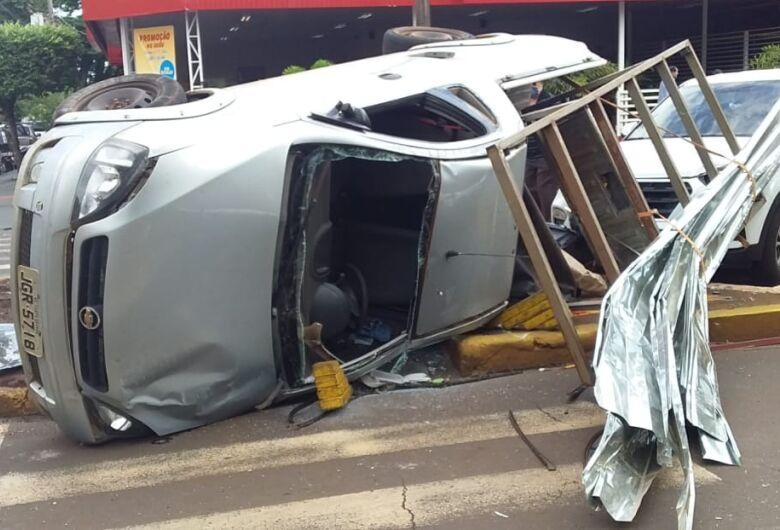 Carro capota após colisão e atinge outro veículo que estava estacionado