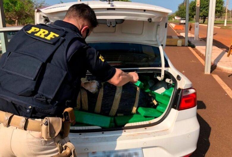 Carro com registro de furto é apreendido pela PRF com 417 Kg de maconha