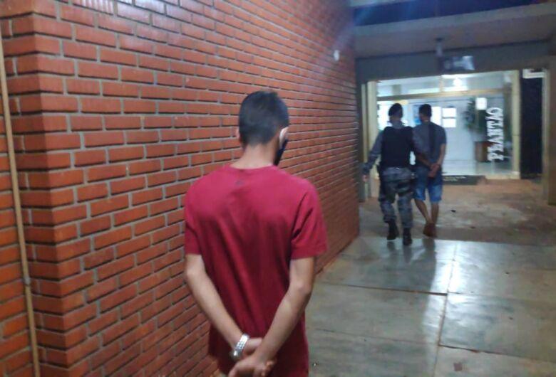 Objetos com suspeita de furto e drogas são encontrados na Vila Cachoeirinha