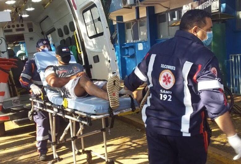 Jovem foi baleado na manhã deste sábado (26), em Dourados