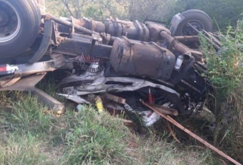 Família de Mato Grosso do Sul morre após carreta cair em barranco no Paraná
