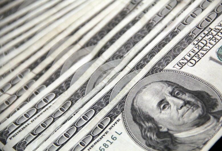 Dólar opera em queda nesta sexta-feira