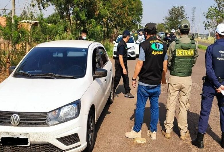 Fiscalização da Agepan com Detran e GCM apreende veículos por transporte ilegal de passageiros bolivianos