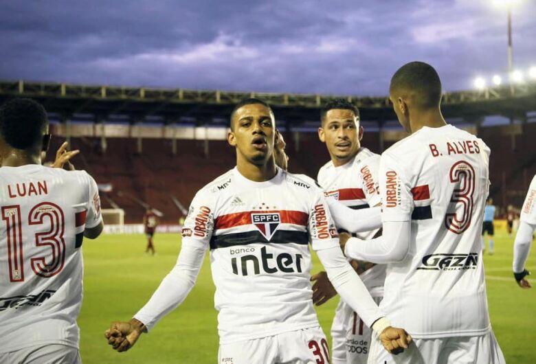 Em jogo de muitos gols, São Paulo perde para o Lanús na Argentina