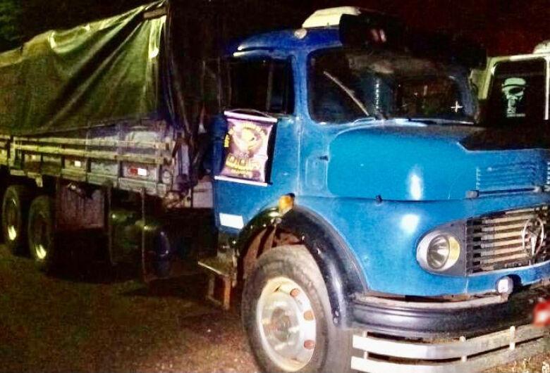 Caminhão carregado com 15 mil pacotes de cigarros contrabandeados foi apreendido pelo DOF