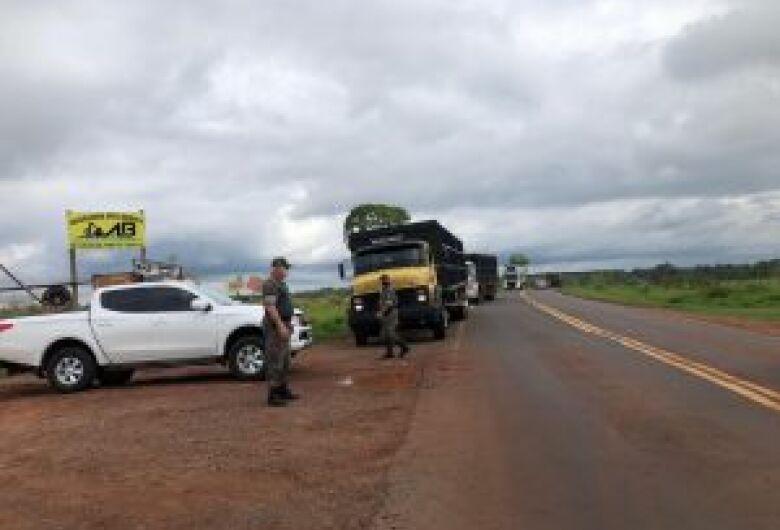 PMA e Imasul fiscalizam e orientam condutores na MS 040 sobre resíduos lançados de veículos às margens de rodovias