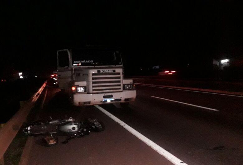 Mulher morre e irmã fica ferida em colisão entre moto e carreta em Dourados