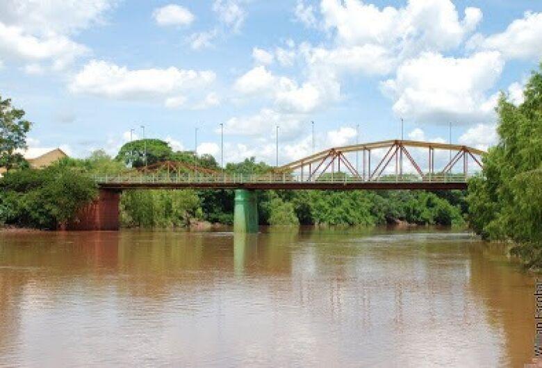 Jovem que tentava suicídio em ponte é convencida por policiais a desistir de se jogar