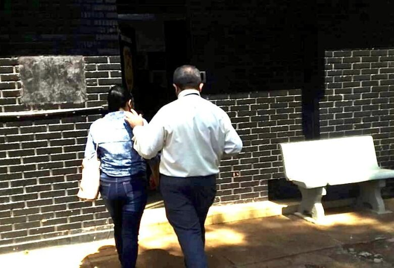 Mulher acusada de matar marido em Dourados se apresenta à polícia