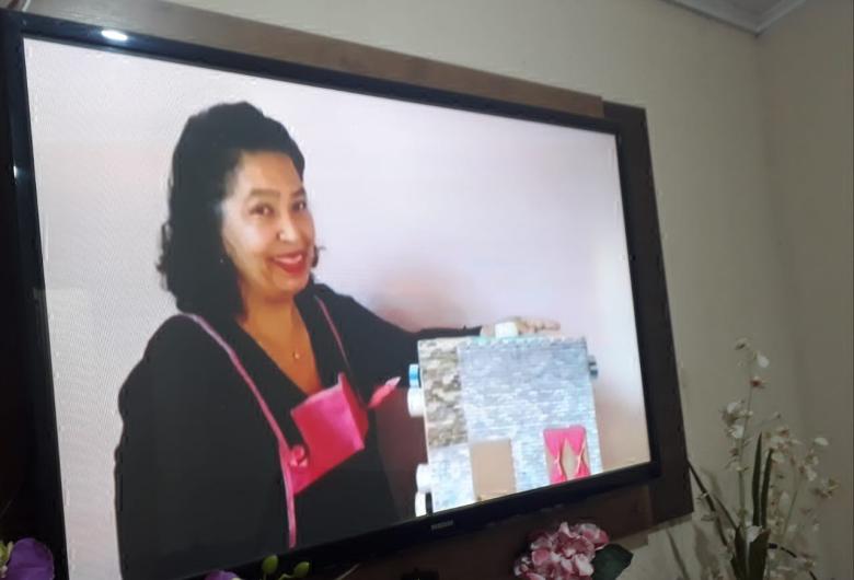 Professora conta histórias on-line para as crianças