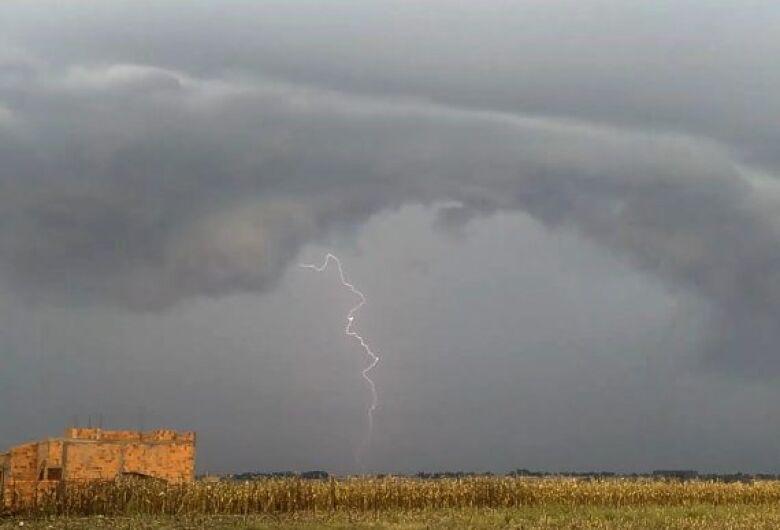 Dourados e mais 32 municípios estão em alerta para tempestades