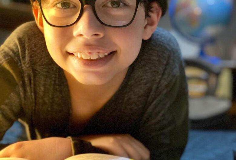 Douradense de 10 anos cria canal para dar dicas de livros