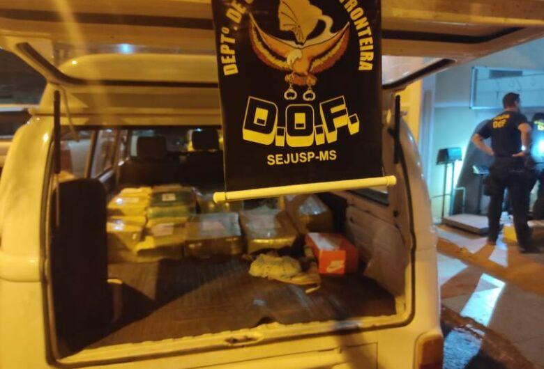 DOF apreende Kombi com placas de MG carregada com 1 tonelada de maconha
