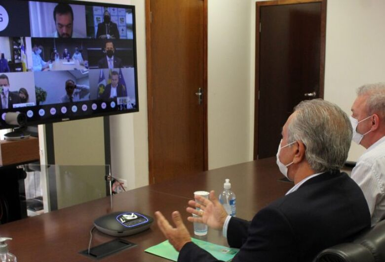Em reunião virtual com governadores, Ministério da Saúde anuncia que vai distribuir vacina contra Covid-19