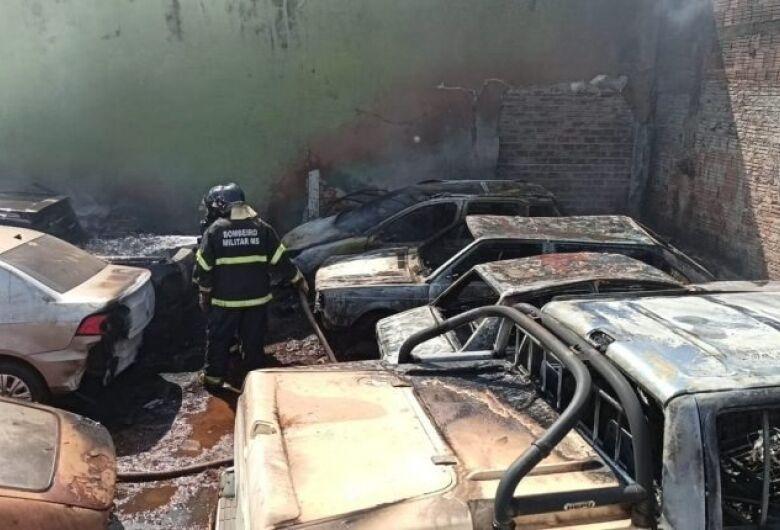 Carros pegam fogo no pátio do Detran em Dourados