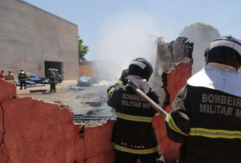 Incêndio destrói 400 caixas d'águas na Capital