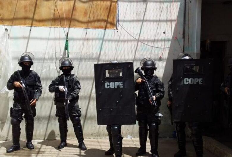 Com apoio do COPE, presídio de Bataguassu retira excesso de pertences das celas e uniformiza detentos