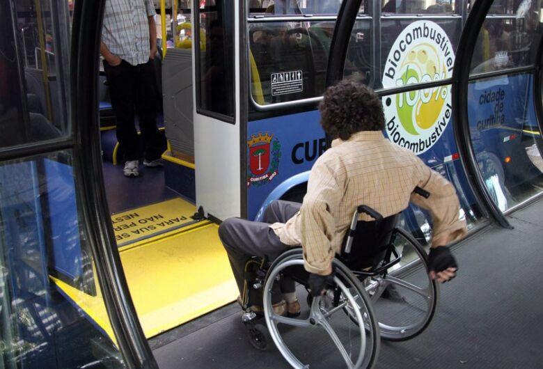 Lei que prioriza atendimento a pessoas com deficiência completa 20 anos e pode se tornar mais inclusiva