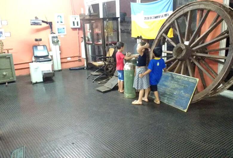 """Museu histórico está """"jogado às traças"""""""