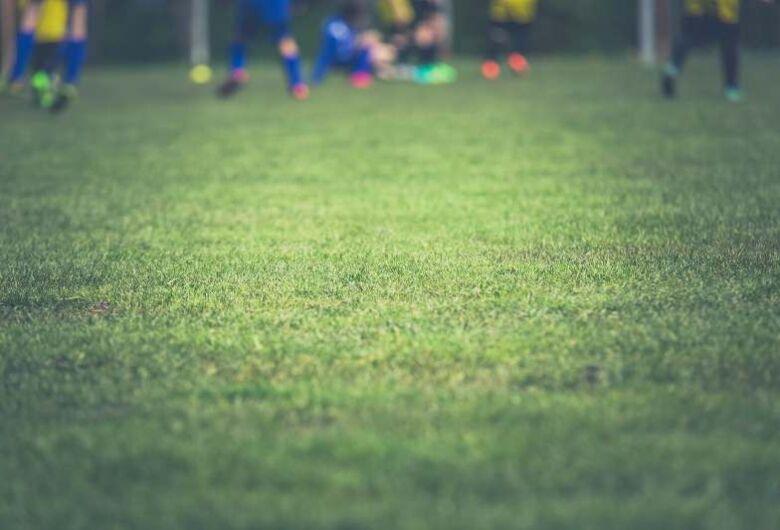 Esporte coletivo em local aberto e boliche são liberados em republicação de decreto