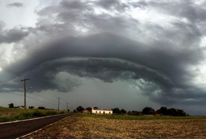 Inmet alerta para tempestade com ventos de até 100 km/h em todo o Estado