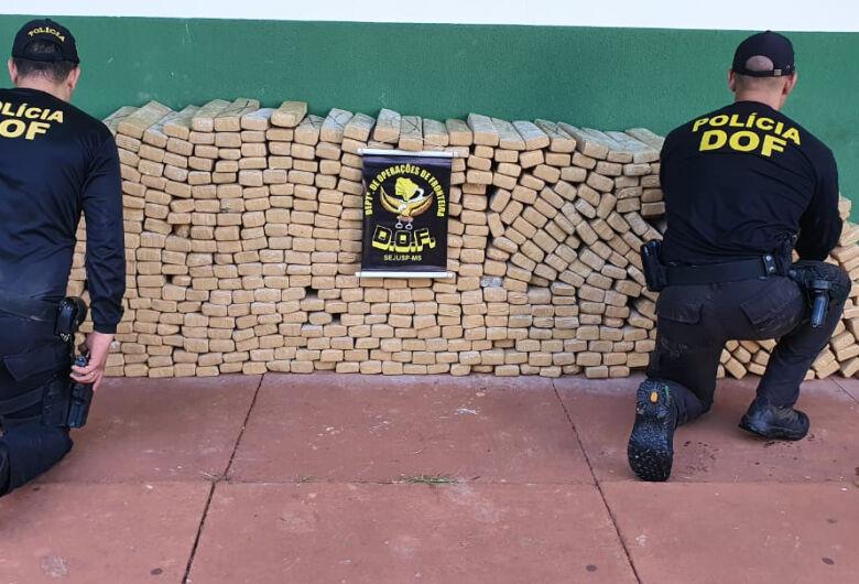 Motorista abandona carro furtado com mais de 700 quilos de maconha na fronteira