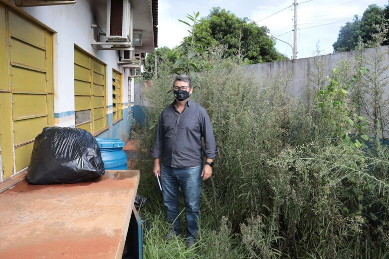 Vereador visita posto de saúde no Novo Horizonte e encontra matagal e escorpião - Crédito: Assessoria