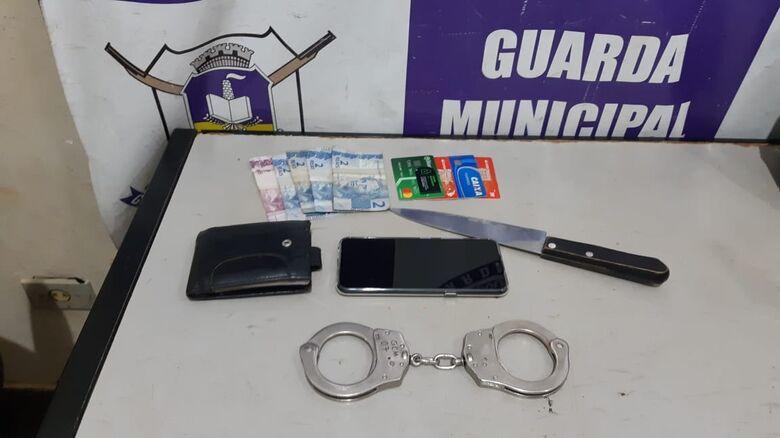 Homens são presos após roubarem celular, carteira e colocar faca no pescoço da vítima - Crédito: Divulgação/GMA