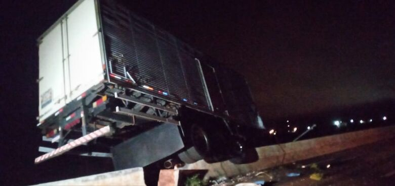 Motorista perde controle, sobe em canteiro e derruba poste na Guaicurus - Crédito: Cido Costa