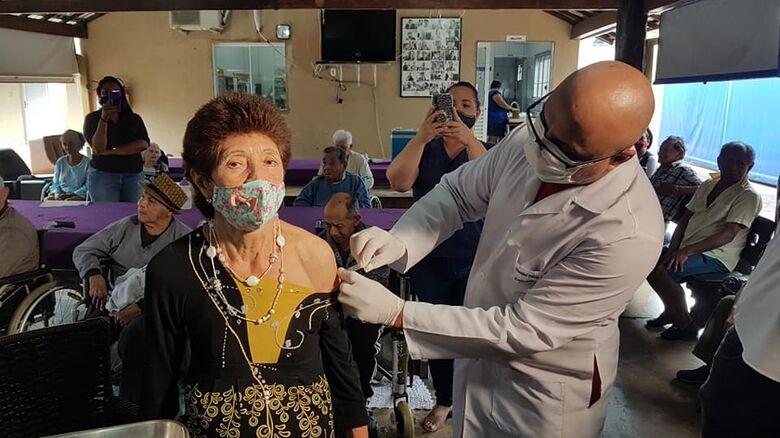 """""""Vou voltar a dançar"""", diz 1ª idosa que recebeu vacina    - Crédito: Valéria Araújo"""