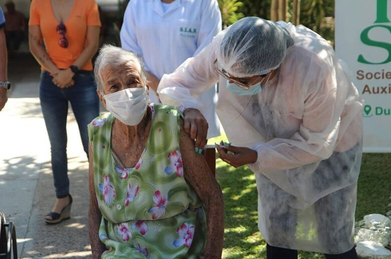 Idosa é vacinada contra covid-19 no Rio Grande do Sul - Crédito: Foto Marcelo Pinto/APlateia