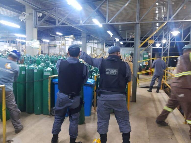 Policiais militares levam cilindros de oxigênio para Manaus - Crédito: Divulgação/PMAM
