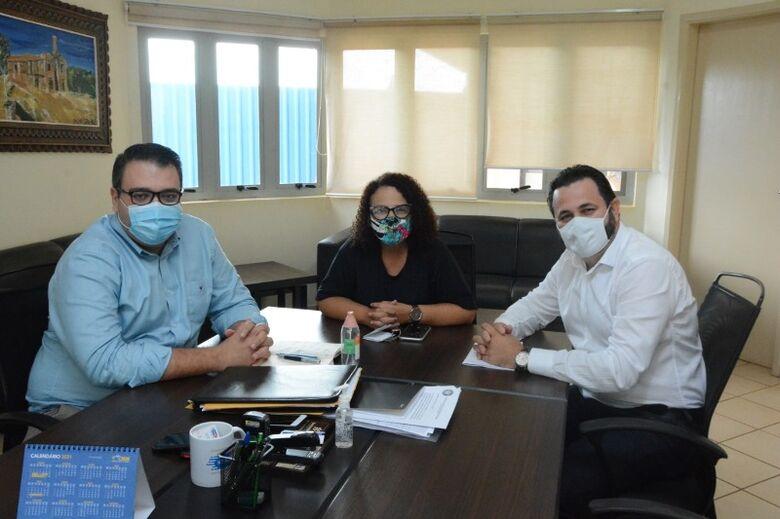 Diretor e coordenadora do Lar Ebenezer estiveram nesta segunda-feira com o prefeito Alan Guedes - Crédito: Divulgação