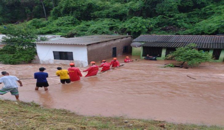 Bombeiros atuam em resgate de famílias desabrigadas pela chuva em Corumbá -