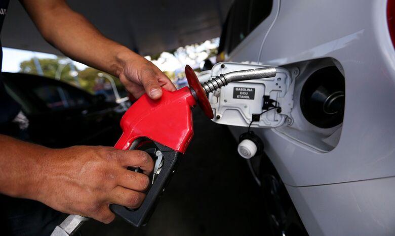 Governo congela preço da gasolina e preço pode baixar R$ 0,15 -