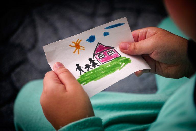 Pela proposta, as crianças seriam acolhidas por famílias selecionadas ou instituições - Crédito: Depositphotos