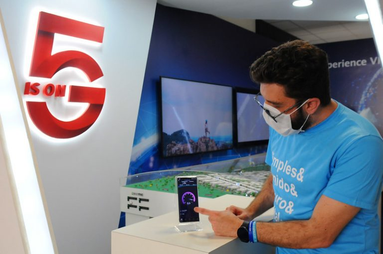 Teste num laboratório em Brasília. O 5G tem velocidade até 20 vezes maior que a do 4G - Crédito: Paulo H. Carvalho/ Agência Brasília