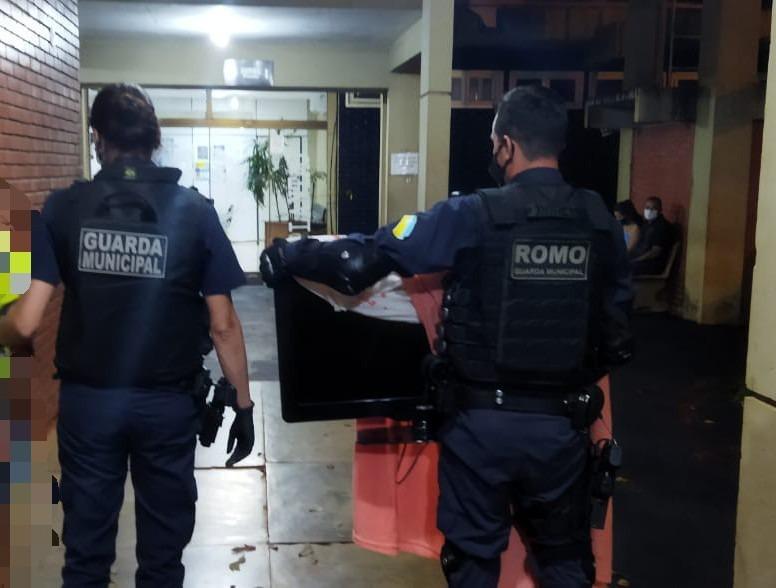 Mulher é flagrada carregando TV e vai presa - Crédito: Divulgação