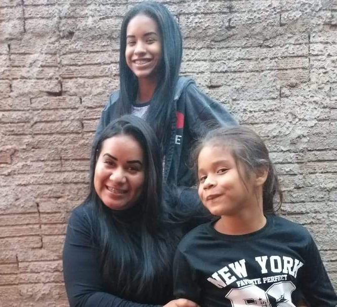 Claudineia é exemplo de superação. Na foto, com as filhas - Crédito: Divulgação