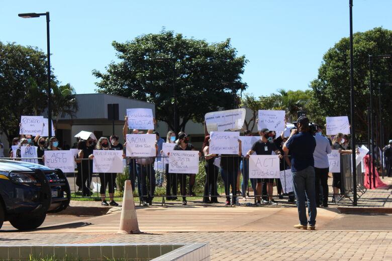 Manifestantes protestaram contra intervenções do governo na UFGD - Crédito: Charles Aparecido