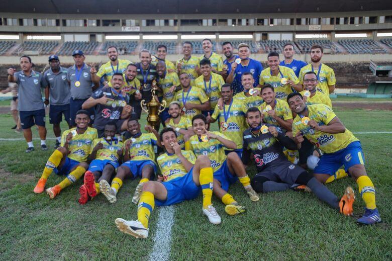 Dourados Atlético Clube recebe taça da Série B - Crédito: Foto: Franz Mendes