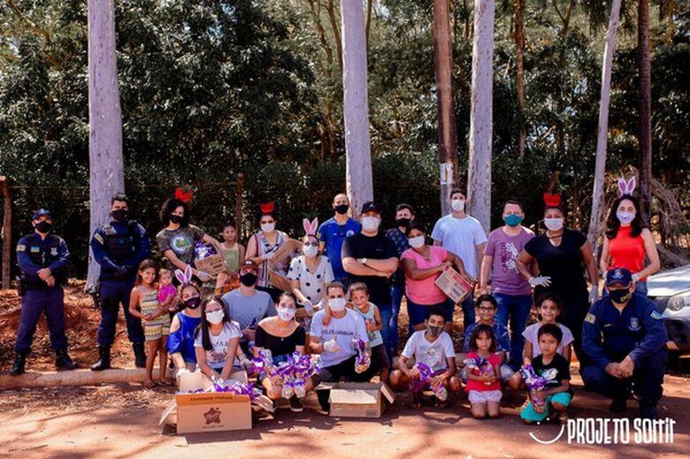 Voluntários distribuíram cestas básicas e mais de 700 ovos de páscoa em comunidade carente - Crédito: Projeto Sorrir
