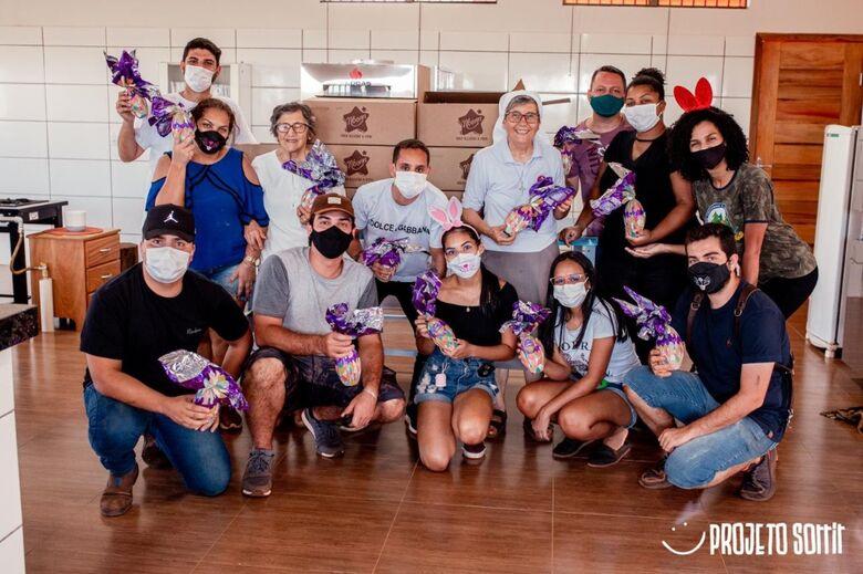Voluntários distribuíram cestas básicas e mais de 700 ovos de páscoa em comunidade carente -